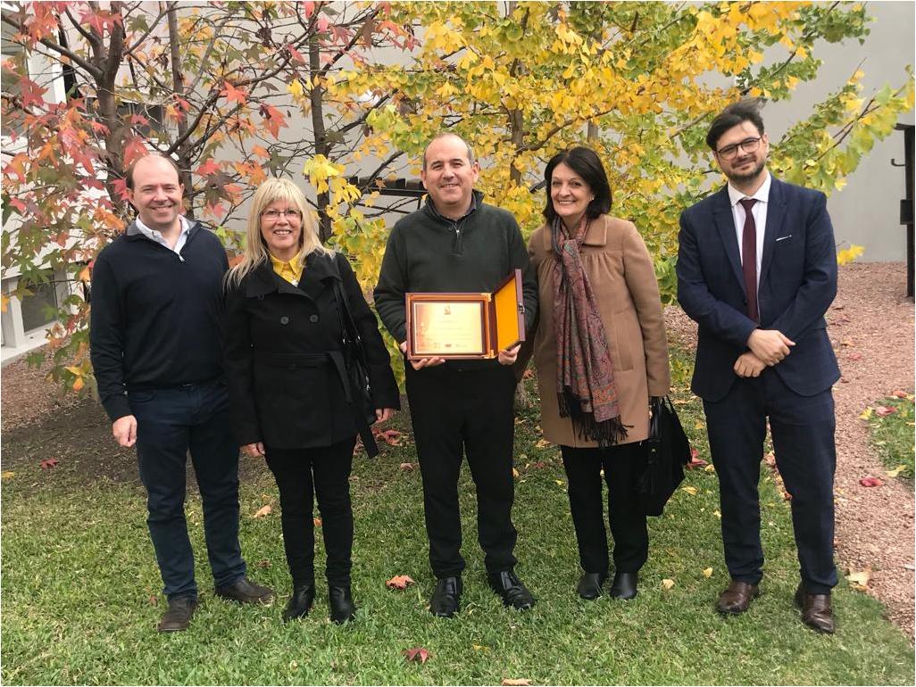 Autoridades del Museo Pedagógico otorgaron una placa de reconocimiento a la Escuela de Diseño de ORT