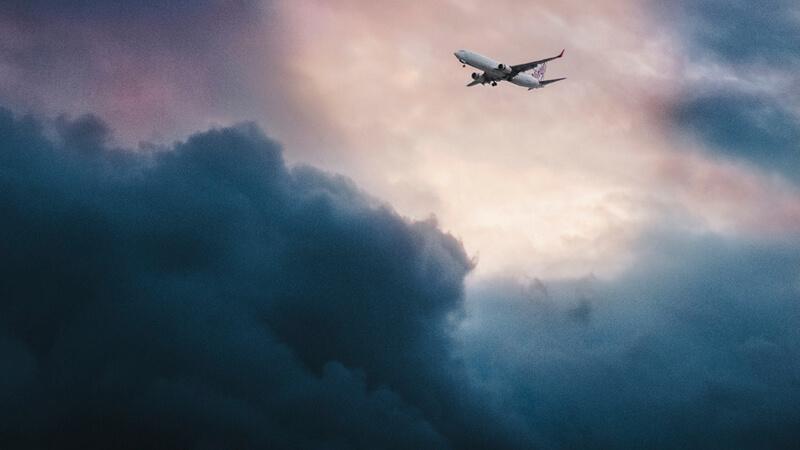 Avión atravesando una tormenta.