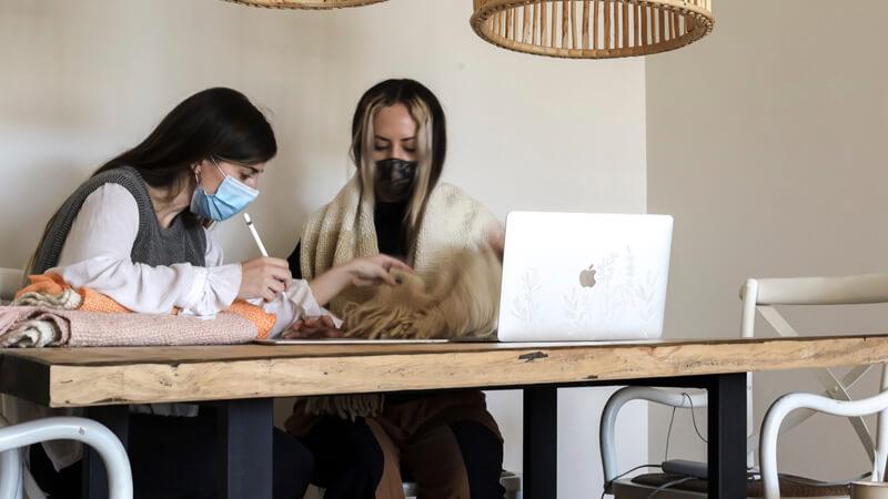Nicole Brande y Valentina Bocchi, estudiante y graduada de la Licenciatura en Diseño de Modas de ORT respectivamente.