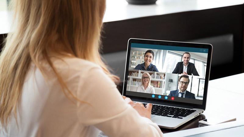 Mujer en una computadora, participando de una reunión virtual