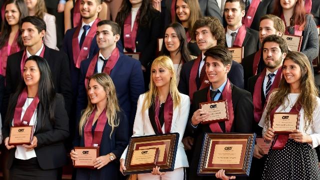 Segunda ceremonia anual de graduación